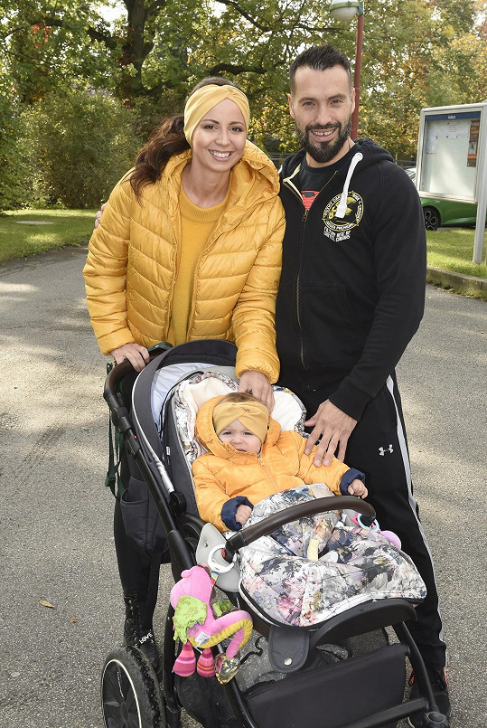 Vašek s přítelkyní Eliškou a malou dcerkou.