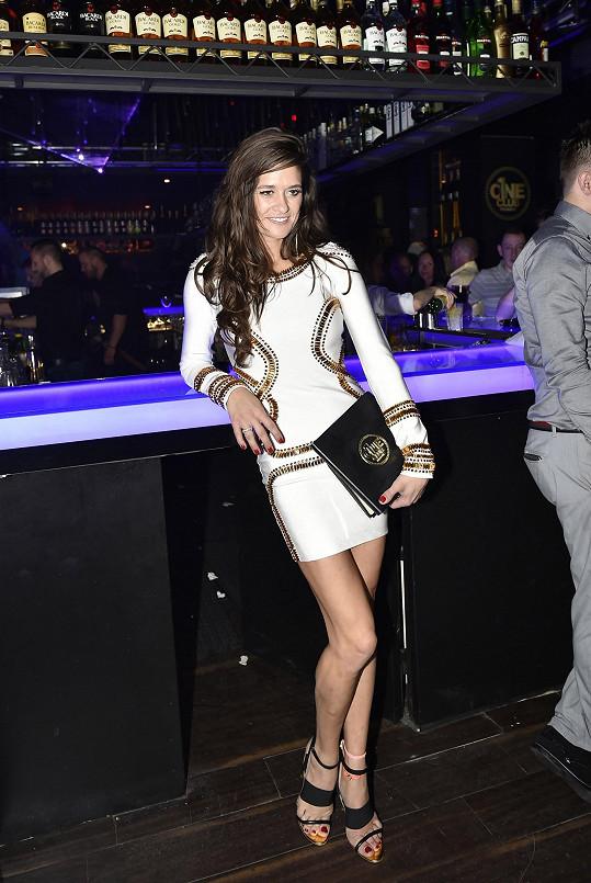 Petra si oblékla sexy krátké šaty. Od baru sledovala svého partnera za dýdžejským pultem.