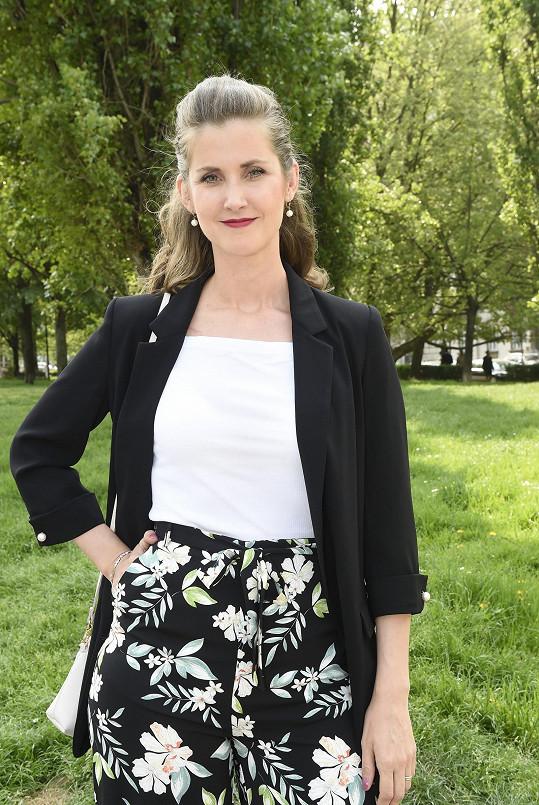 Jana Bernášková má roli v novém seriálu Kadeřnictví.