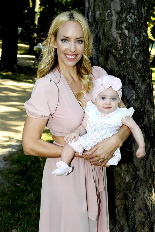 Svoji první titulku fotila i její dcera Karolínka.