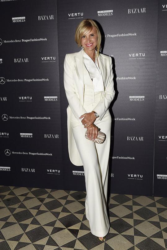 Den předtím okouzlovala velkou večerní Dior, během této galavečeře jedna z vladařek Pařížské zvolila pánský styl. S opálenou pletí kontrastoval dámský smoking v bílé barvě, ke kterému zvolila psaníčko Alexander McQueen.