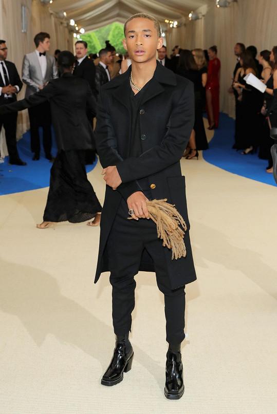 Jaden Smith opět v androgynním modelu a na podpatcích, oděný módním domem Louis Vuitton.