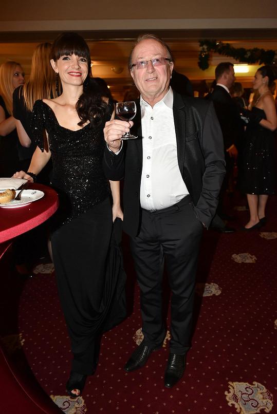 Petr Janda je šťastný po boku manželky Alice.