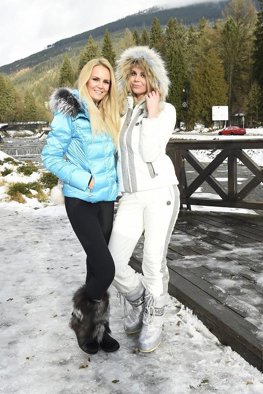 Sestry spolu fotily zimní módu.