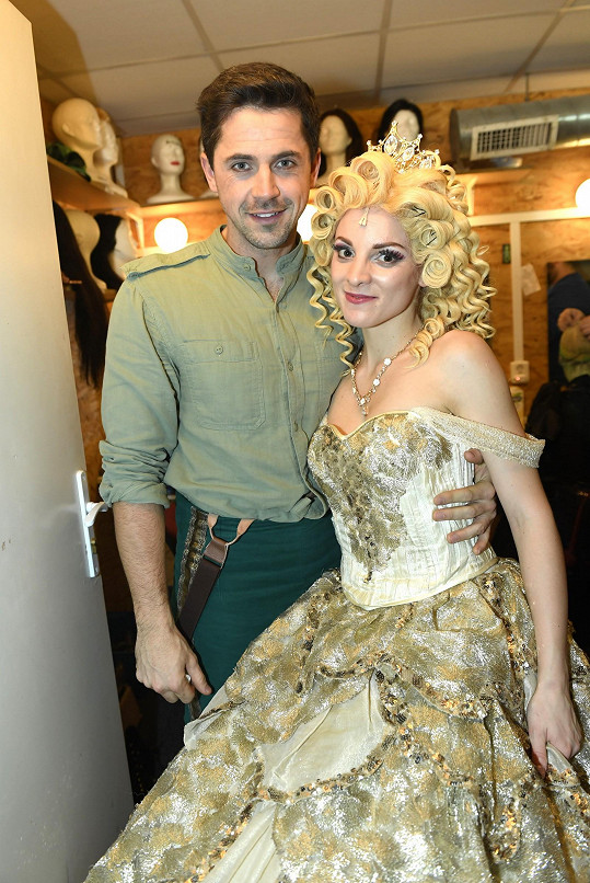 Petr ještě v kostýmu z Čarodějky s kolegyní Nikolou Ďuricovou