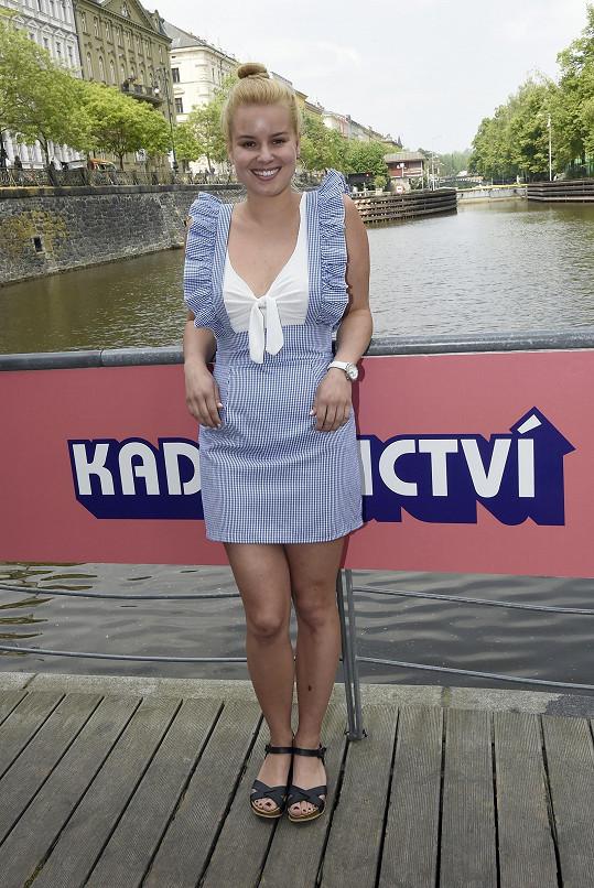 Patricie vyrazila na představení seriálu Kadeřnictví.