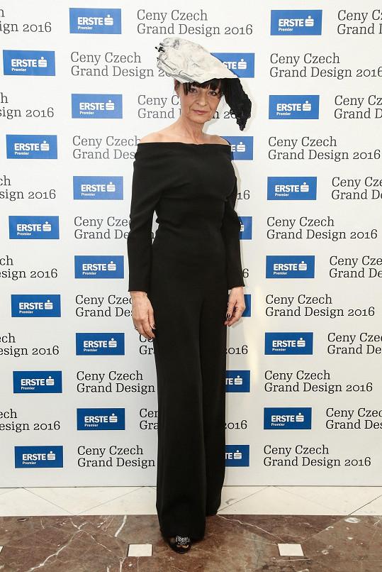 Liběna Rochová ve vlastním modelu a v klobouku dle vlastního návrhu z látky s autorským tiskem.