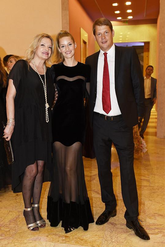 Linda s maminkou a bratrem