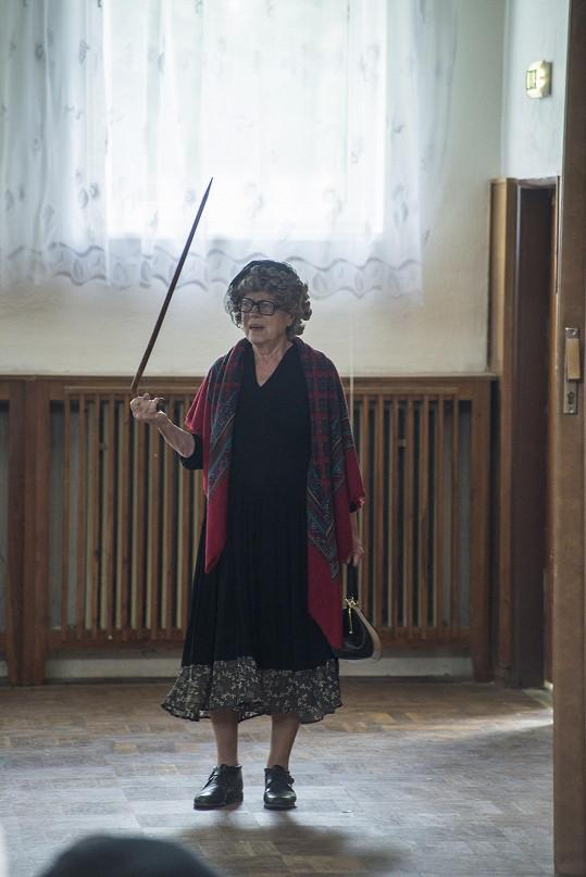 Iva Janžurová si s chutí nasadila paruku a do ruky vzala hůl.