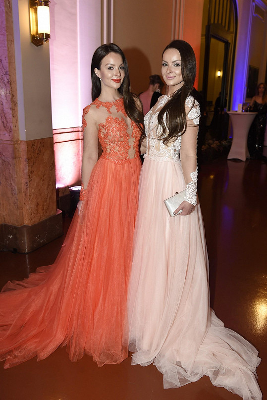 Veronika a Daniela Nízlovy v modelech stejného střihu ale různých barev