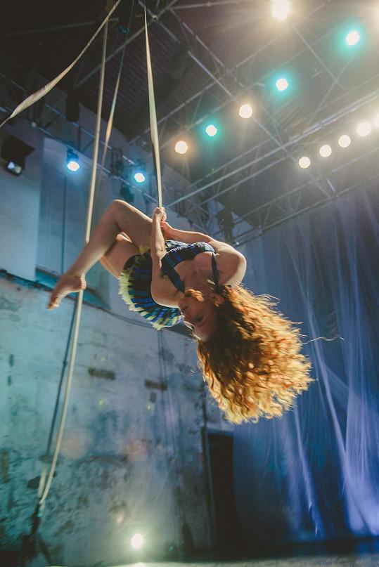 Denisa byla zavěšená pět metrů nad zemí.