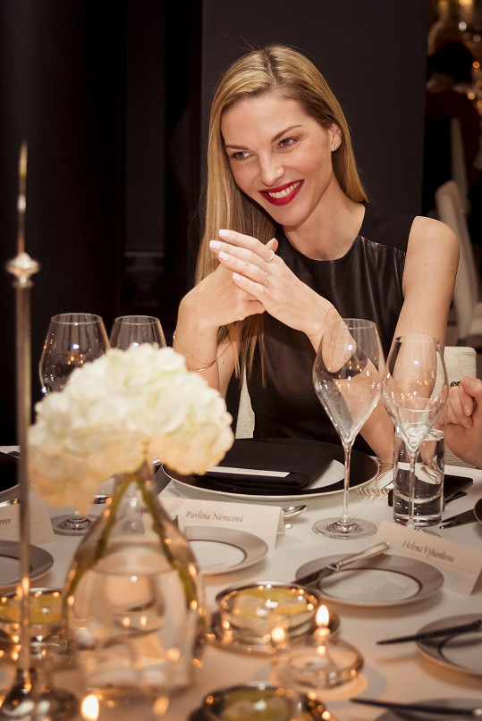Němcová byla během slavnostní večeře okouzlující.
