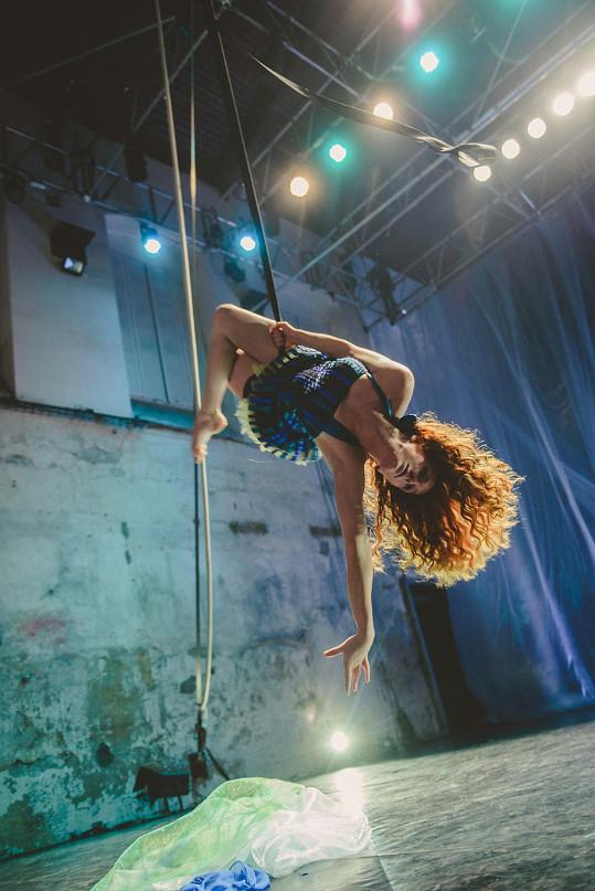 Denisa Nesvačilová předváděla akrobatické kousky.