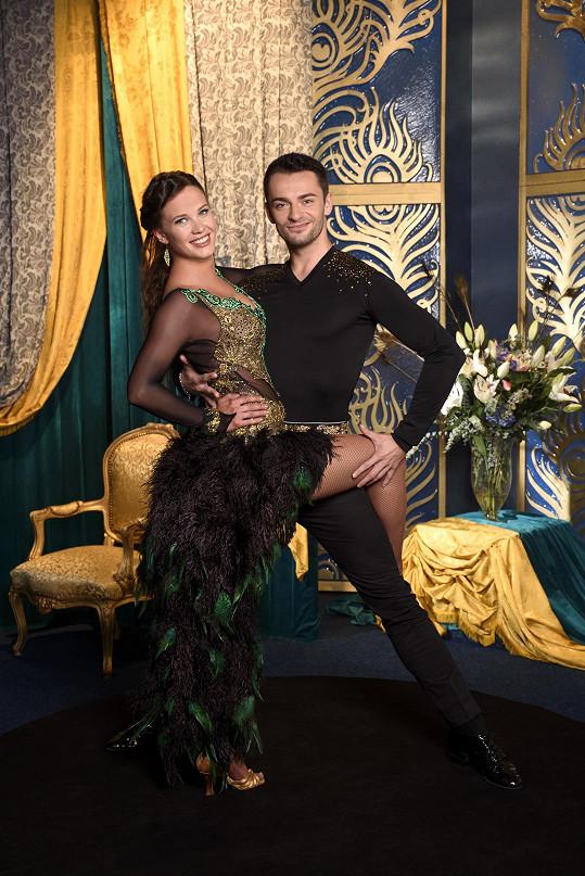 Na oficiální fotce v tanečním kostýmu