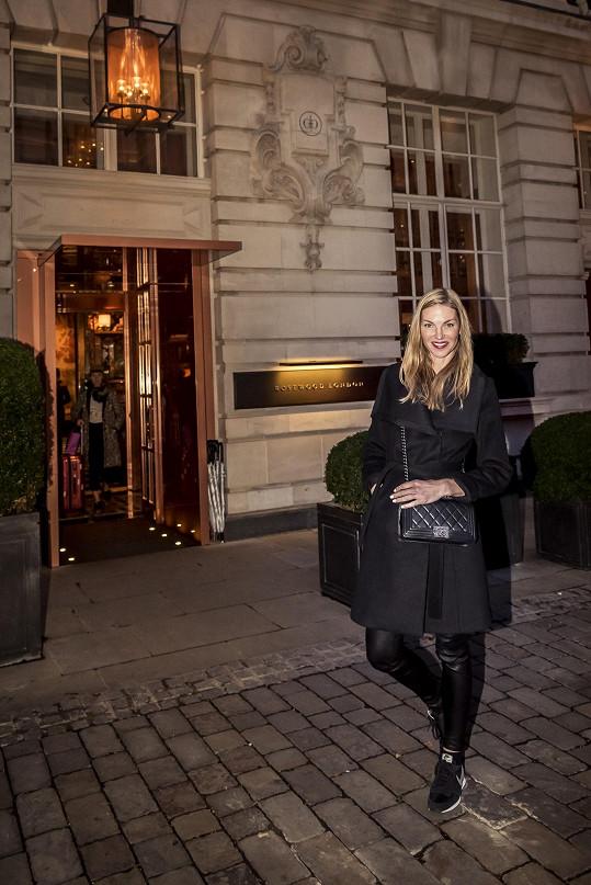 Němcová byla ubytovaná v luxusním pětihvězdičkovém hotelu v centru Londýna, kde se točil například film Dáma ve zlatém s Helen Mirren v hlavní roli.