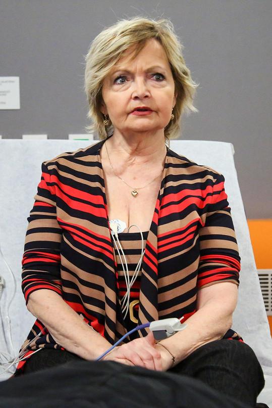 Eva Hrušková si v seriálu Modrý kód zahrála postarší eskortní společnici.