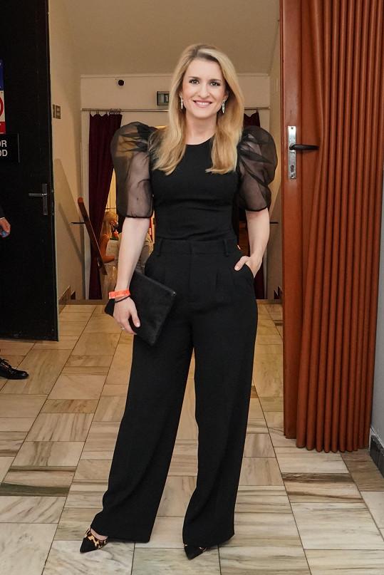 Pohodlí kalhot zvolila i moderátorka Lenka Špillarová.