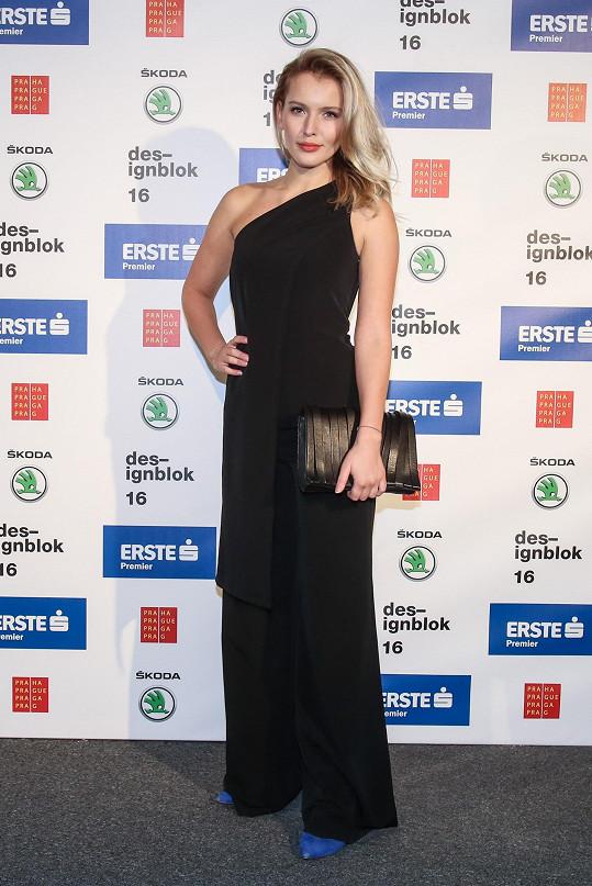 Bývalá Miss a reportérka Linda Bartošová elegantní černý overal od svého dvorního návrháře Michaela Kováčika rozzářila obutím v barvě královské modři.