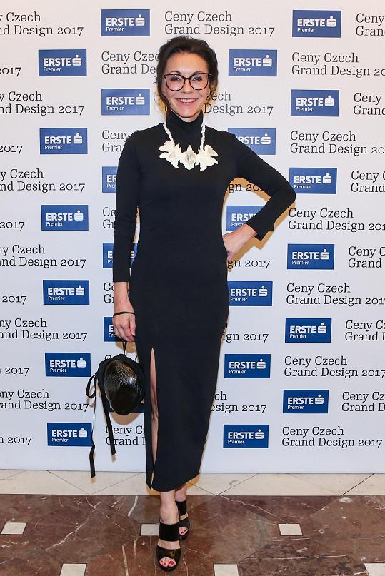 Přiléhavé šaty doplnila Libuše Šmuclerová výrazným náhrdelníkem od Markéty Richterové, která působí pod značkou Blueberries.