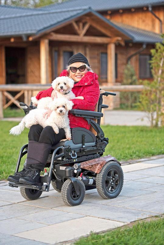 Díky svému elektrickému vozíku za čtvrt miliónu, který jí byl vyrobený přímo na míru, může vyrážet do přírody se svými pejsky, bišonky Lucky a Láskou.