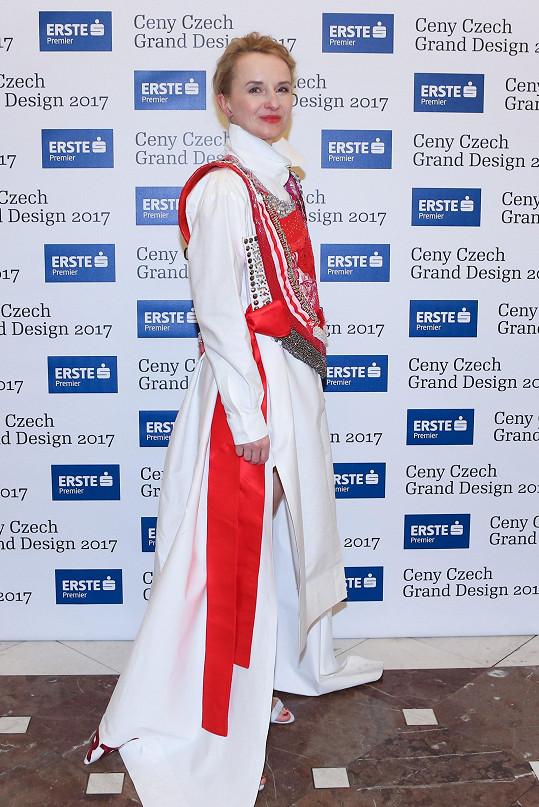 Jana Zielinski byla během slavnostního večera opět nepřehlédnutelná. Ředitelka soutěže a také Designbloku měla na sobě kompletní model od Lenky Vackové, která shodou okolností zvítězila v kategorii Modní designér roku.