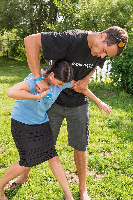 I bezbranná žena dokáže odrovnat o půl metru vyššího muže.