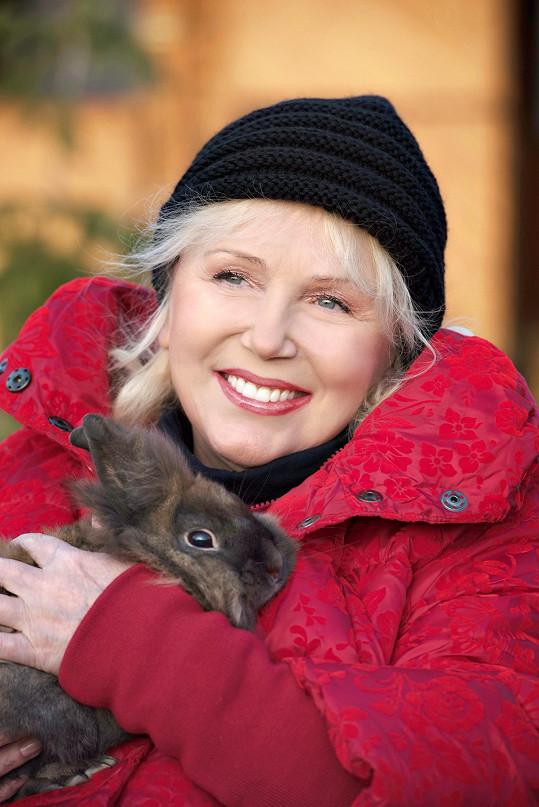 Gombitová si na farmě za Bratislavou užívá přírodu a přítomnost zvířat.