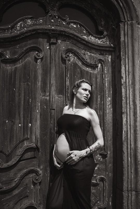 Snímky s odhaleným bříškem nafotila její dvorní fotografka Kateřina Bíbrlíková.
