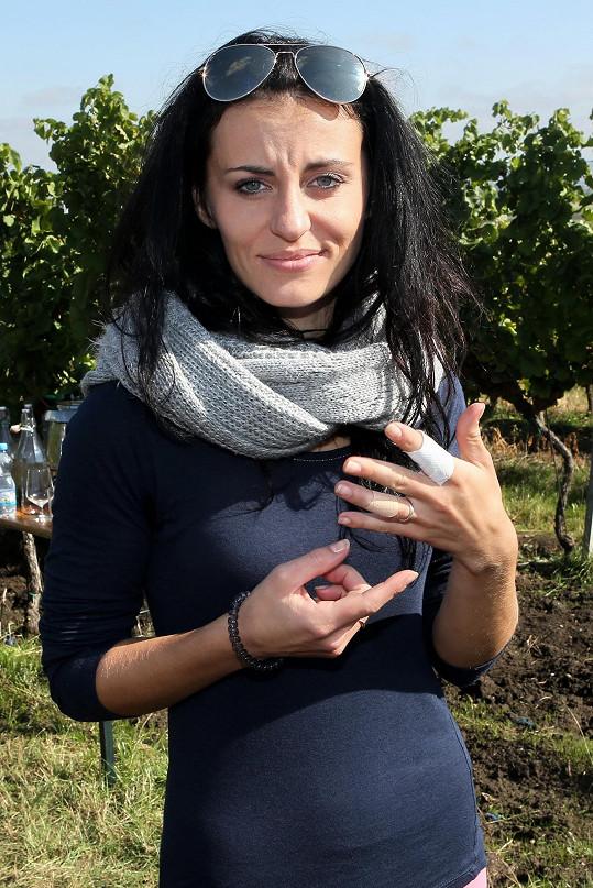 Mezi náplastmi skoro nebyl vidět její snubní prsten.
