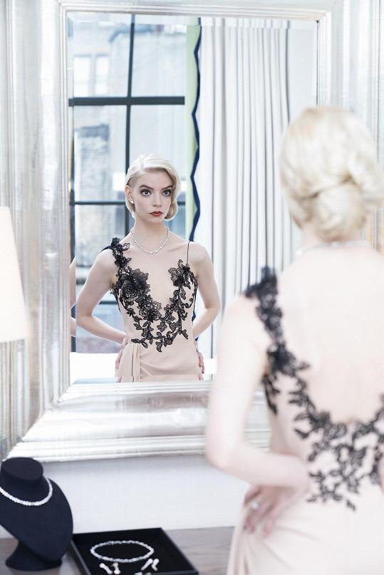 Anya Taylor-Joy, nominovaná za hlavní herecký výkon v seriálu Dámský gambit, zářila v modelu Vera Wang a ve špercích Tiffany & Co. Oslnila náhrdelníkem složeným ze sedmdesáti diamantů o váze šestadvaceti karátů.