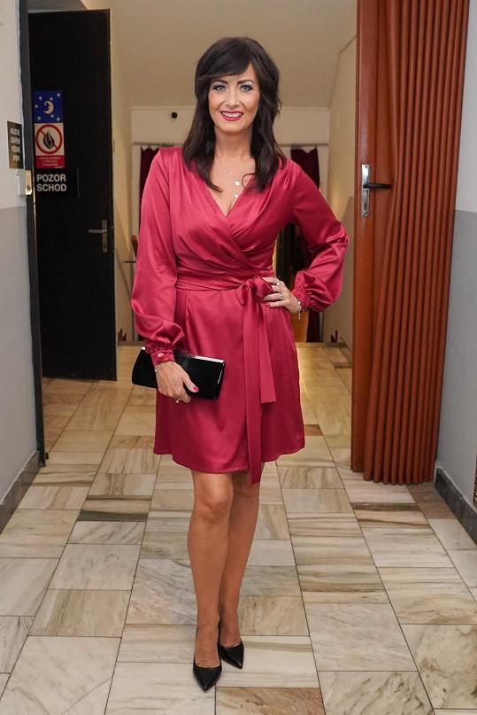 Daniela Šinkorová v šatech od Aleny Wilson, které si nechala zkrátit nad kolena.