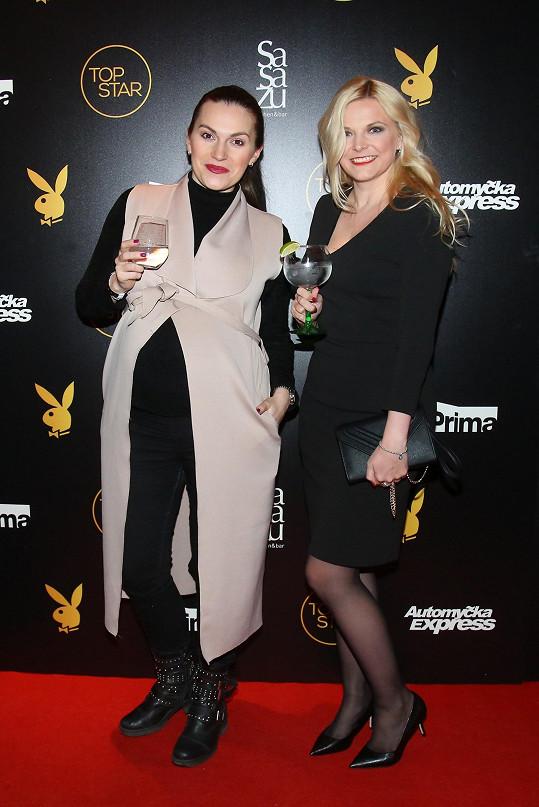 Zuzana Brzáková (vlevo) byla ještě týden před porodem na párty.