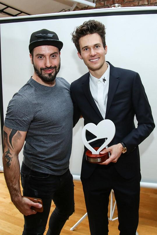 Se zpěvákem jsme se potkali na tiskové konferenci České televize, kde proběhlo vyhlášení vítěze národního kola Eurovize.