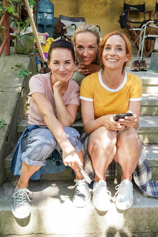 Sandra Nováková, Petra Hřebíčková a Hana Vagnerová ztvární ve filmu tři kamarádky a zasloužilé maminky.