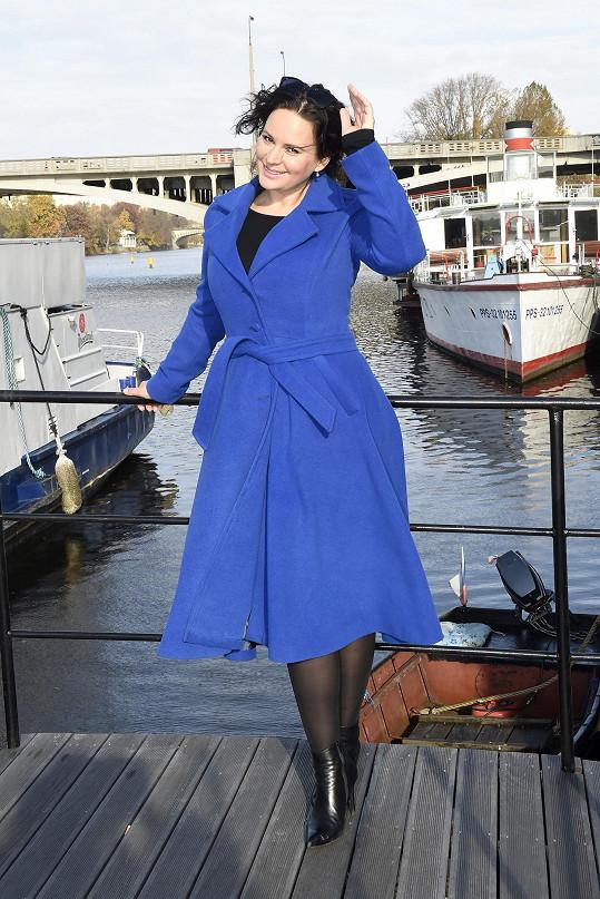 Na křest knihy Báry Nesvadbové si vzala modrý kabát.