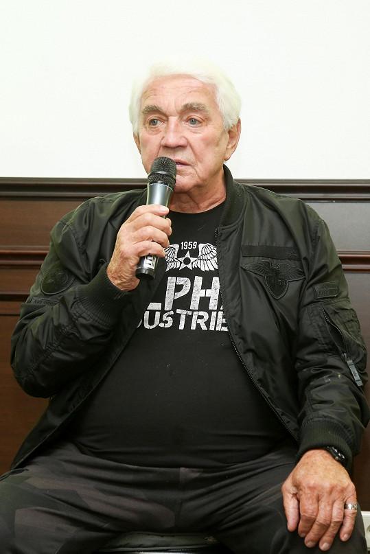 Svými historkami pobavil finalisty soutěže Anděl mezi zdravotníky, pro kterou fotil i stránku kalendáře.