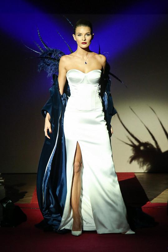 Šaty byly ušité pro účely přehlídky na modelku, Ruden si je na svou postavu upravila.