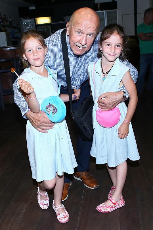 Vnučky Emma a Anička jsou jeho zlatíčka.