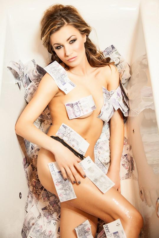 Nedávno pózovala nahá pokrytá jen bankovkami.