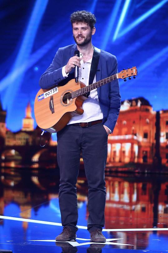 Pětatřicetiletý Daniel Zappi porotu uchvátil italskou písní, ke které se doprovodil na kytaru. V civilu se živí jako učitel.
