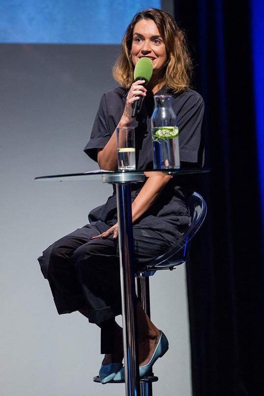 Písařovicová se nejlépe cítí u mikrofonu.