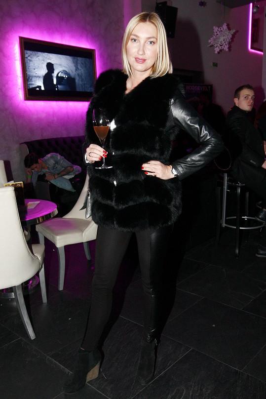 Dominika Mesarošová v liščím kožíšku ochutnávala luxusní šampaňské.