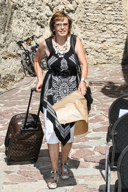 Matušková přijíždí na koncert na hrad Karlštejn.