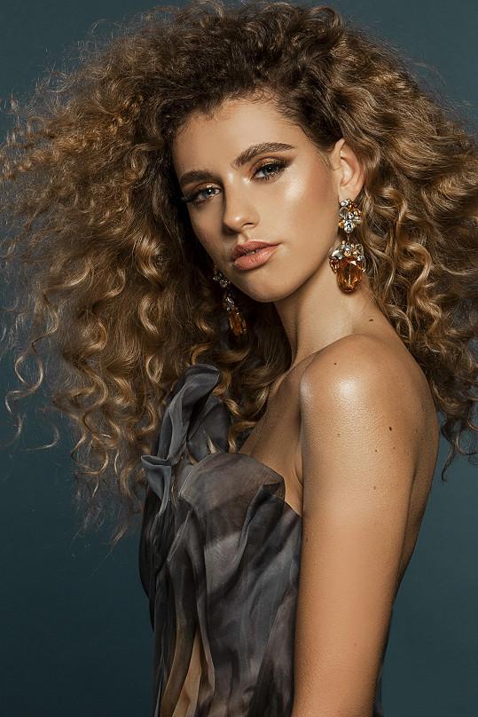 Je ze všech dívek nejvíce exotická, díky svým kudrnatým vlasům. Studuje uměleckou školu, obor fotografie a věnuje se převážně natáčení a focení různých reklam a propagací. Její tatínek je Francouz a díky němu má exotické jméno Bourdon. Doma se celá rodina baví francouzsky