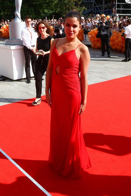 Žhavá Španělka Adriana Ugarte v sexy červených šatech