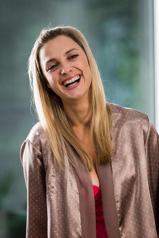 Bára Poláková rozesmála diváky v komediální sérii Neviditelní.