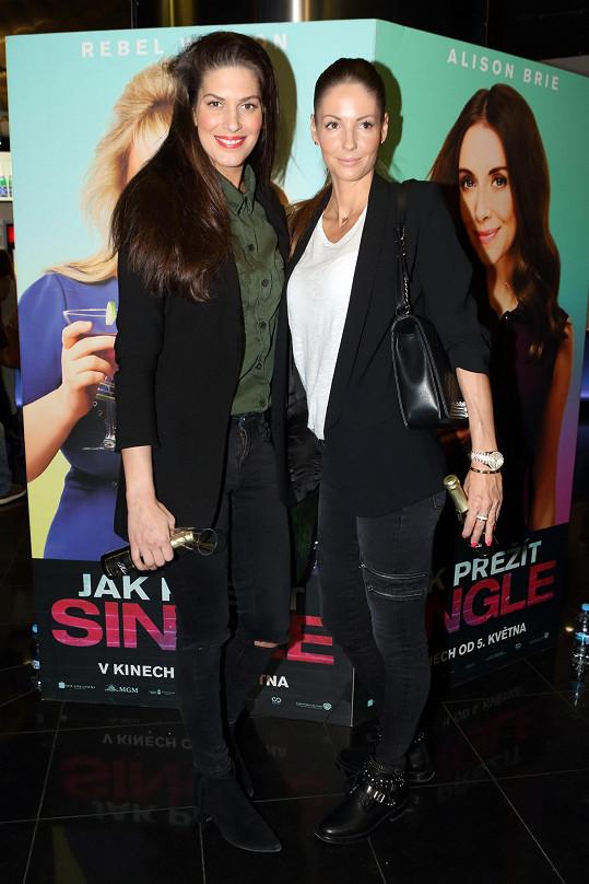 Krásky se velmi kamarádily v době, kdy před dvěma lety žily se svými partnery v Turecku. Teď se jim podařilo konečně vyrazit společně do kině na premiéru filmu Jak přežít single.