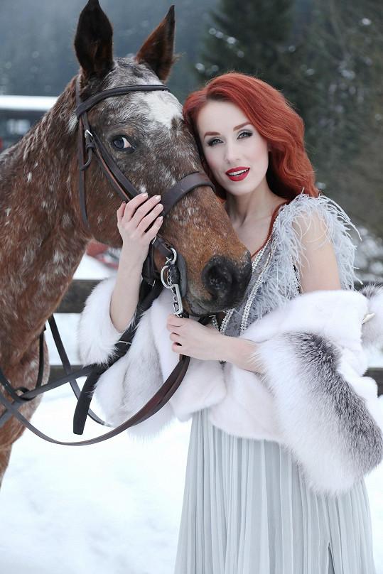 Do Libušky Šafránkové má daleko, ale stejně to Lence s koníkem slušelo.