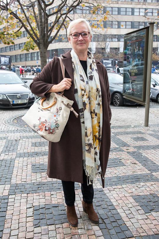 Zuzana Slavíková je nakrátko a vypadá velmi mladistvě.