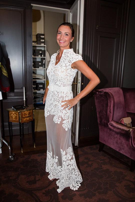 Lucie Gelemová si zkoušela svatební šaty.